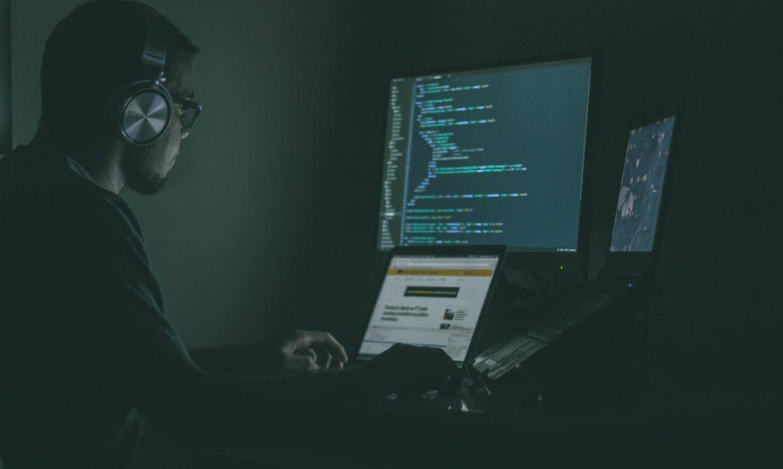 firewall UTM, encargado de IT trabaja en la seguridad de su empresa y monitorea desde la consola el accionar del firewall de seguridad